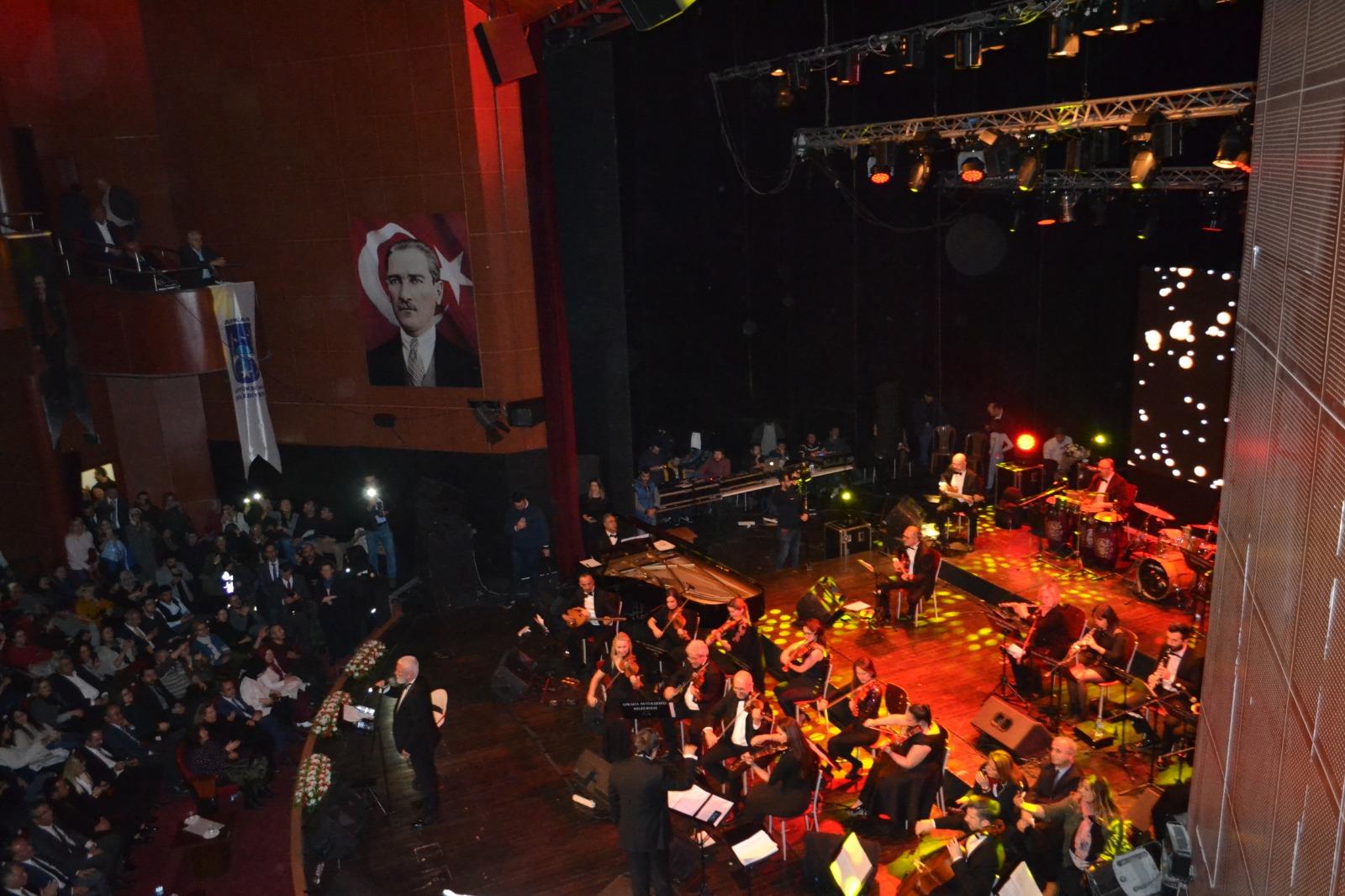 """Usta sanatçı Onur Akın, """"Romantik Şarkılar"""" konserinde Başkentlilerle buluştu."""