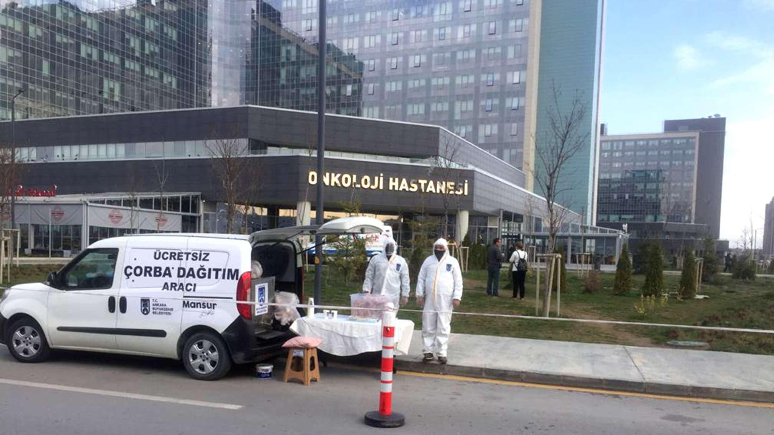 Ankara Büyükşehir Belediye Başkanımız Sn. Mansur YAVAŞ'ın talimatıyla, sağlık çalışanlarımız için Hacettepe, Zekai Tahir Burak ve Şehir Hastanesinde sıcak çorba dağıtımına başlandı. #6MilyonTekYürek